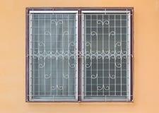 Παγωμένα Louver γυαλιού παράθυρα με τον κυρτό χάλυβα στον πορτοκαλή συμπαγή τοίχο στοκ εικόνες