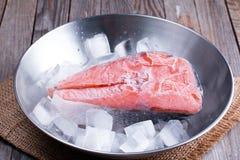 Παγωμένες κόκκινες μπριζόλες ψαριών με τον πάγο Στοκ Φωτογραφίες