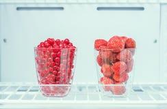 Παγωμένες φράουλες και κόκκινες σταφίδες Στοκ φωτογραφία με δικαίωμα ελεύθερης χρήσης