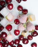 παγωμένες φράουλες με τα κατεψυγμένα φρούτα Στοκ Εικόνες