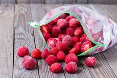 Παγωμένες φράουλες σε μια τσάντα Στοκ φωτογραφία με δικαίωμα ελεύθερης χρήσης