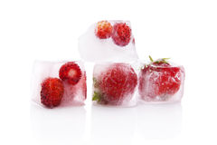 Παγωμένες φράουλες στους κύβους πάγου. Στοκ εικόνα με δικαίωμα ελεύθερης χρήσης
