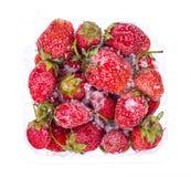 Παγωμένες φράουλες στο άσπρο υπόβαθρο Στοκ εικόνα με δικαίωμα ελεύθερης χρήσης