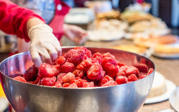 Παγωμένες φράουλες στο κύπελλο ανοξείδωτου στον καφέ Στοκ φωτογραφίες με δικαίωμα ελεύθερης χρήσης
