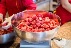 Παγωμένες φράουλες στο κύπελλο ανοξείδωτου Στοκ Φωτογραφίες