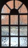 Παγωμένη άποψη γυαλιού μέσω της μπροστινής πόρτας Στοκ εικόνες με δικαίωμα ελεύθερης χρήσης