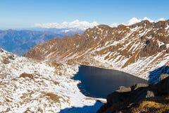 Παγωμένη λίμνη βουνών, κορυφογραμμή Gosaikunda, Νεπάλ Ιμαλάια στοκ φωτογραφία με δικαίωμα ελεύθερης χρήσης