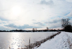 Παγωμένη λίμνη με τα σημεία χιονιού Στοκ Φωτογραφία
