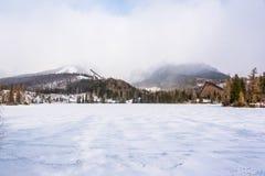 Παγωμένη λίμνη σε Strbskie Pleso, Σλοβακία Στοκ φωτογραφία με δικαίωμα ελεύθερης χρήσης