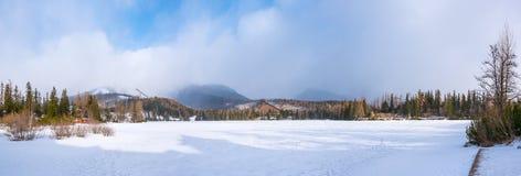 Παγωμένη λίμνη σε Strbskie Pleso, Σλοβακία Στοκ Εικόνες
