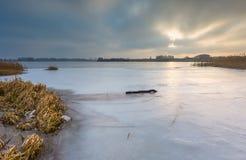 Παγωμένη λίμνη στην ανατολή ή το ηλιοβασίλεμα Χειμερινό ήρεμο τοπίο Στοκ φωτογραφία με δικαίωμα ελεύθερης χρήσης