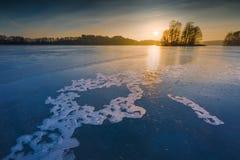 Παγωμένη λίμνη στην ανατολή ή το ηλιοβασίλεμα Χειμερινό ήρεμο τοπίο Στοκ Φωτογραφία