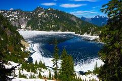 Παγωμένη λίμνη χιονιού στοκ φωτογραφία