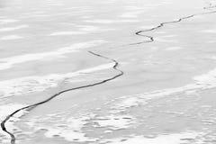 παγωμένη λίμνη Όμορφα stratus σύννεφα πέρα από την επιφάνεια πάγου μια παγωμένη ημέρα Φυσική ανασκόπηση Στοκ φωτογραφία με δικαίωμα ελεύθερης χρήσης