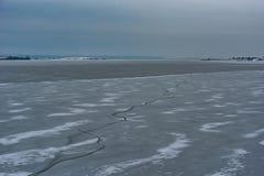 παγωμένη λίμνη Όμορφα stratus σύννεφα πέρα από την επιφάνεια πάγου μια παγωμένη ημέρα Φυσική ανασκόπηση Στοκ Φωτογραφία