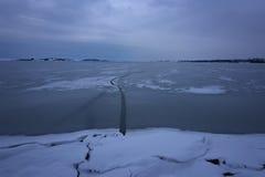 παγωμένη λίμνη Όμορφα stratus σύννεφα πέρα από την επιφάνεια πάγου μια παγωμένη ημέρα Φυσική ανασκόπηση Στοκ φωτογραφίες με δικαίωμα ελεύθερης χρήσης