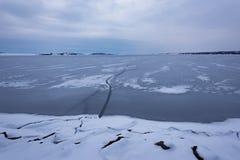 παγωμένη λίμνη Όμορφα stratus σύννεφα πέρα από την επιφάνεια πάγου μια παγωμένη ημέρα Φυσική ανασκόπηση Στοκ Εικόνα