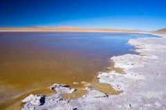Παγωμένη αλατισμένη λίμνη στις Άνδεις, οδικό ταξίδι στο διάσημο αλατισμένο επίπεδο Uyuni, προορισμός ταξιδιού στη Βολιβία Στοκ Εικόνα