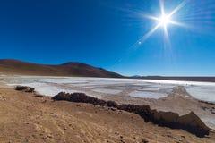 Παγωμένη αλατισμένη λίμνη στις Άνδεις, οδικό ταξίδι στο διάσημο αλατισμένο επίπεδο Uyuni, προορισμός ταξιδιού στη Βολιβία Στοκ Εικόνες