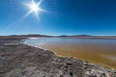 Παγωμένη αλατισμένη λίμνη στις Άνδεις, οδικό ταξίδι στο διάσημο αλατισμένο επίπεδο Uyuni, προορισμός ταξιδιού στη Βολιβία Στοκ εικόνες με δικαίωμα ελεύθερης χρήσης