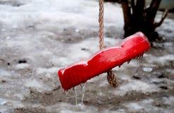 Παγωμένη απλή κόκκινη ταλάντευση για τα παιδιά το χειμώνα στοκ φωτογραφία με δικαίωμα ελεύθερης χρήσης