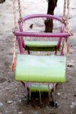 Παγωμένη διπλή ρόδινη και πράσινη ταλάντευση για των παιδιών το χειμώνα στοκ εικόνες με δικαίωμα ελεύθερης χρήσης
