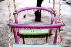 Παγωμένη διπλή ρόδινη και πράσινη ταλάντευση για των παιδιών το χειμώνα στοκ φωτογραφία με δικαίωμα ελεύθερης χρήσης