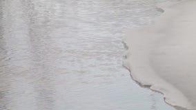 Παγωμένη επιφάνεια ποταμών που καλύπτεται με το λειώνοντας πάγο φιλμ μικρού μήκους