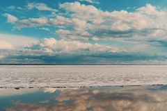 Παγωμένη θάλασσα κατά τη διάρκεια της κλίσης πάγου στην άνοιξη Στοκ Φωτογραφία
