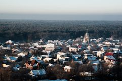Παγωμένη πόλη κοντά στο δάσος πεύκων, Ουκρανία στοκ φωτογραφία