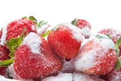 Παγωμένη φράουλα στο άσπρο υπόβαθρο Μακρο άποψη, λεπτομερείς σπόροι και snowflakes στρέψτε μαλακό Στοκ Φωτογραφίες