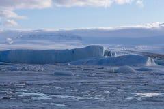 Παγωμένη χειμερινή εποχή της Ισλανδίας χειμερινών λιμνών Στοκ Εικόνα
