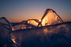 Παγωμένη Baikal λίμνη στη χειμερινή εποχή σε μια όμορφη ανατολή πρωινού, Σιβηρία, Ρωσία στοκ φωτογραφία με δικαίωμα ελεύθερης χρήσης
