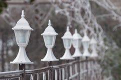 Παγωμένοι άσπροι λαμπτήρες σε έναν φράκτη σε ένα πάρκο Στοκ Εικόνες