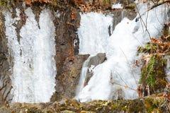 Παγωμένοι καταρράκτες στην κλιτύ ενός απότομου βράχου Στοκ εικόνα με δικαίωμα ελεύθερης χρήσης