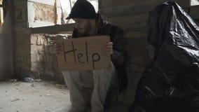 Παγωμένοι πεινασμένοι άστεγοι με τη βοήθεια ` χαρτονιού ` απόθεμα βίντεο