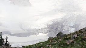 Παγωμένος άσπρος και μπλε παγετώνας πάγου στο υποστήριγμα πιό βροχερό φιλμ μικρού μήκους