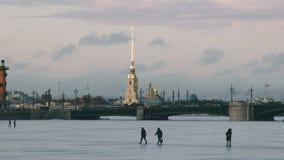 Παγωμένος η Αγία Πετρούπολη ποταμός Neva απόθεμα βίντεο