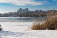 Παγωμένος και χιονισμένος ποταμός Dnipro στο στο κέντρο της πόλης της ίδιας ουκρανικής πόλης ονόματος Στοκ φωτογραφίες με δικαίωμα ελεύθερης χρήσης