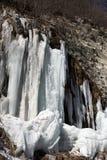 Παγωμένος καταρράκτης βουνών στη συμπαθητική ημέρα ήλιων Στοκ Εικόνα