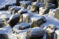 Παγωμένος καταρράκτης με τους χιονισμένους λίθους Στοκ Εικόνα