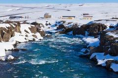 Παγωμένος καταρράκτης με το σαφές μπλε νερό Στοκ φωτογραφία με δικαίωμα ελεύθερης χρήσης