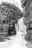 Παγωμένος καταρράκτης που ανατρέπει έξω μεταξύ δύο υψηλό φυσικό βαλμένο σε στρώσεις ρ Στοκ φωτογραφίες με δικαίωμα ελεύθερης χρήσης