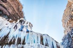 Παγωμένος καταρράκτης στα βουνά στο ηλιοβασίλεμα Στοκ Εικόνες