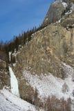 Παγωμένος καταρράκτης στο χειμώνα στα βουνά Στοκ εικόνα με δικαίωμα ελεύθερης χρήσης
