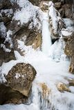 Παγωμένος παγωμένος καταρράκτης στο χιονισμένο φαράγγι Baerenschuetzklamm μέσα Στοκ Εικόνες