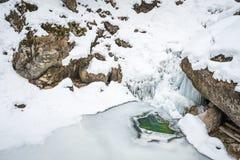 Παγωμένος παγωμένος καταρράκτης στο χιονισμένο φαράγγι Baerenschuetzklamm μέσα Στοκ Φωτογραφία