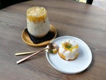 Παγωμένος καφές καραμέλας και πορτοκαλί κέικ γιαουρτιού στοκ εικόνες με δικαίωμα ελεύθερης χρήσης