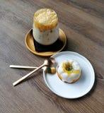 Παγωμένος καφές καραμέλας και πορτοκαλί κέικ γιαουρτιού στοκ εικόνες