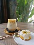 Παγωμένος καφές καραμέλας και πορτοκαλί κέικ γιαουρτιού στοκ φωτογραφία με δικαίωμα ελεύθερης χρήσης